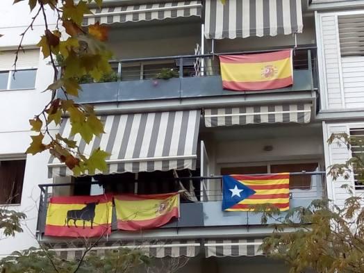 Resultado de imagen para banderas cataluña españa balcon
