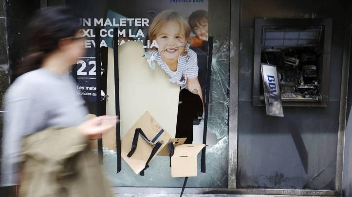 los-disturbios-por-el-banco-expropiado-de-barcelona-en-imagenes