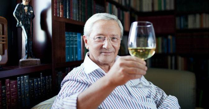 Fernando-Onega-muestra-copa-vino