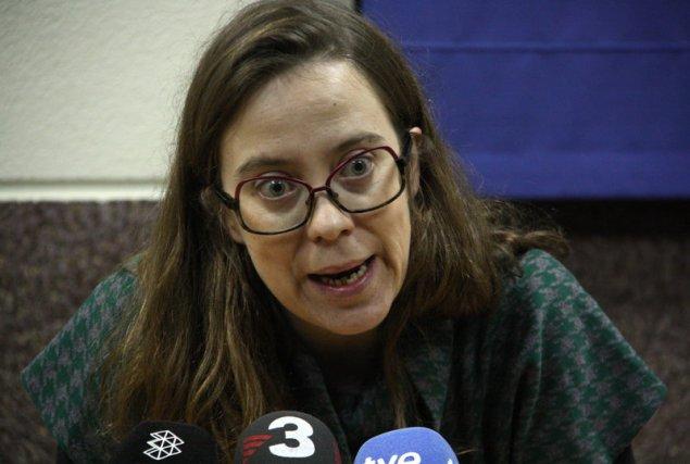 Primer pla d'Eulàlia Reguant, diputada de la CUP, durant la seva roda de premsa amb els sindicats CGT, IAC, COS i Intersindical-CSC. (Horitzontal)
