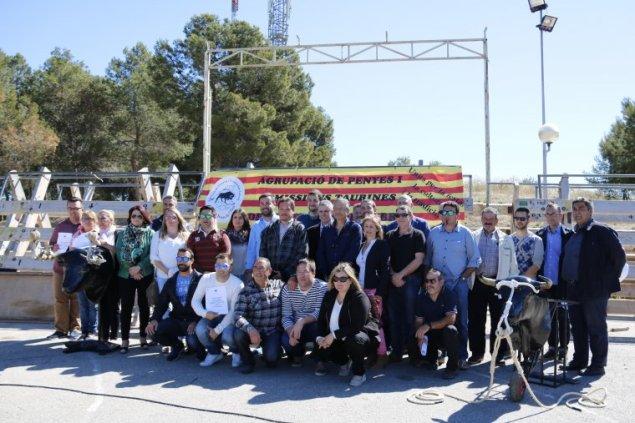 alcaldes-i-regidors-amb-membres-de-lagrupacio-de-penyes-i-comissions-taurines-de-les-terres-de-lebre-a-alcanar