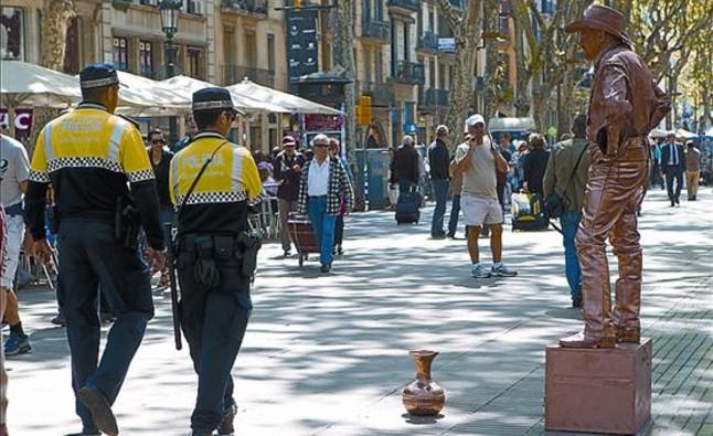 dos-policias-municipales-patrullan-por-rambla-ano-pasado-1335563008252