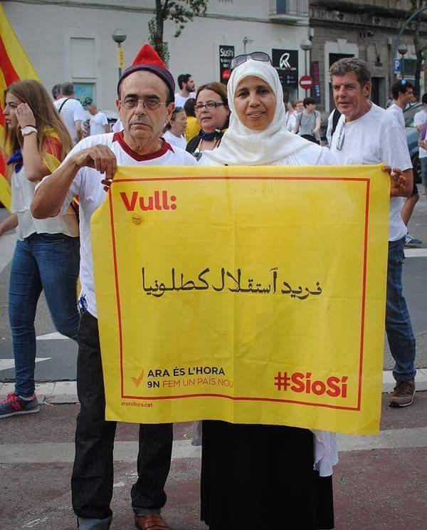 la-mujer-separatista-marroquí-de-la-nueva-Cataluña-con-su-cartel.-foto-archivo.-Lasvocesdelpueblo.