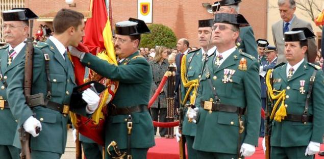 Un-alumno-jura-bandera-en-la-Academia-de-Guardias-y-Suboficiales-de-la-Guardia-Civil-de