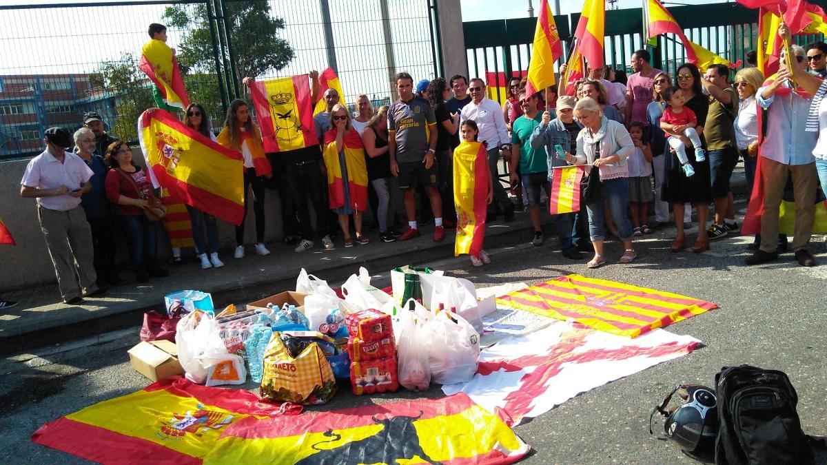 """(Galería fotos) """"Operación SOCORRO AZUL"""": catalanes arropan a los policías nacionales en el puerto de BCN"""