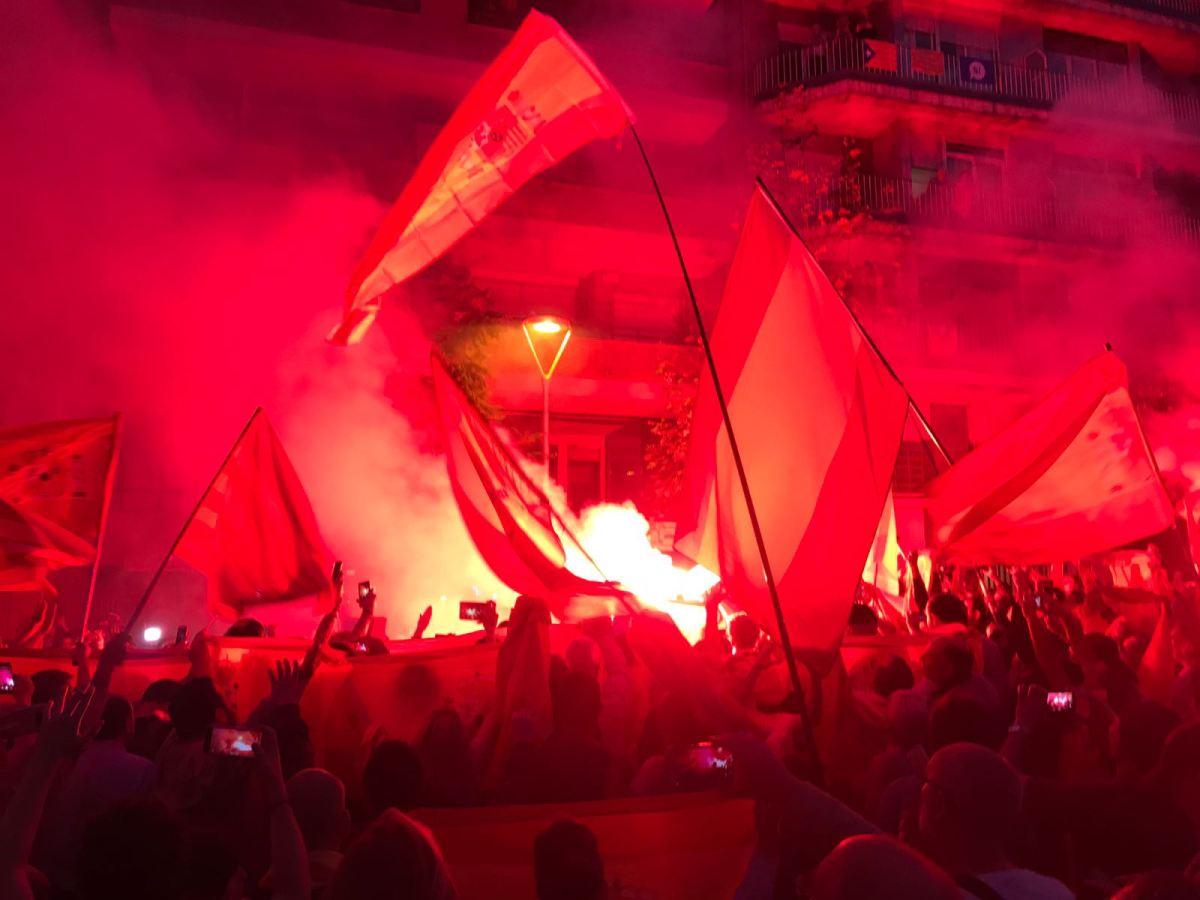 Lo que Jordi Sánchez nunca imaginó que pasaría ante la ANC: el himno nacional sonando entre cientos de banderas españolas