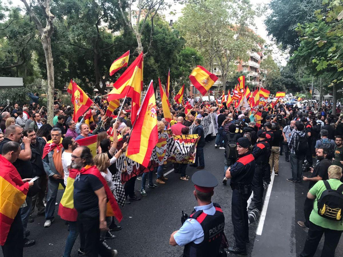 (Galería de fotos)  Masiva concentración hispana ante la sede de la ANC. ¡Grandes!