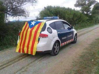 Coche-de-patrulla-de-agentes-separatistas-de-la-organización-excluyente-Mossos-Por-la-Independencia-del-cuerpo-de-policía-autonómico-de-Cataluña-Mossos.jpg