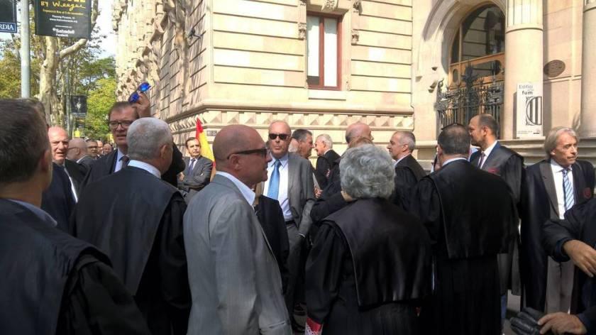 los-mossos-separan-del-tsj-a-250-abogados-concentrados-con-togas-y-la-constitucion