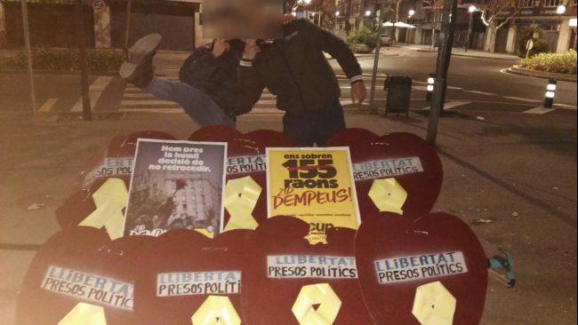 ARBERA-DEL-VALLÉS-BARCELONA-ESPAÑA-9.1.2018.-Dos-catalanes-posan-juntos-a-la-basura-fascista.-Lasvocesdelpueblo-e1515583574178