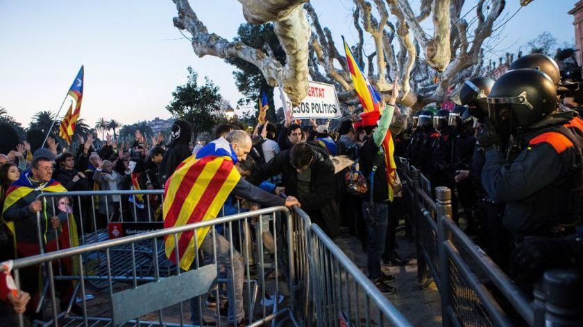 manifestantes-abuchean-insultan-diputados-independentistas_1104499634_11176937_1020x574