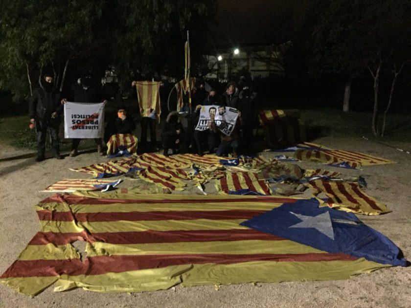 BARCELONA-ESPAÑA-5.02.2018.-Los-nuestros-decenas-de-héroes-catalanes-posan-para-Cataluña-y-resto-de-España-después-de-limpieza-de-lazos-amarillos.-Lasvocesdelpueblo-6-e1517991830530