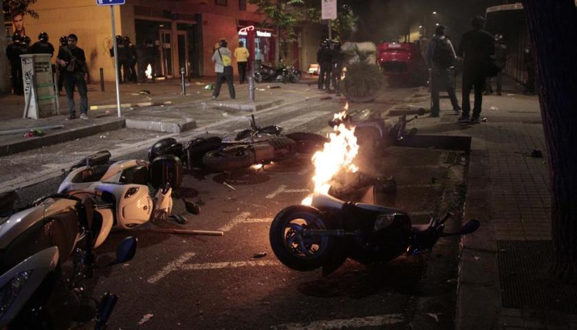 motos-ardiendo-en-barcelona-durante-la-amifestacion-de-los-antisistema-okupas-del-banco-expropiado