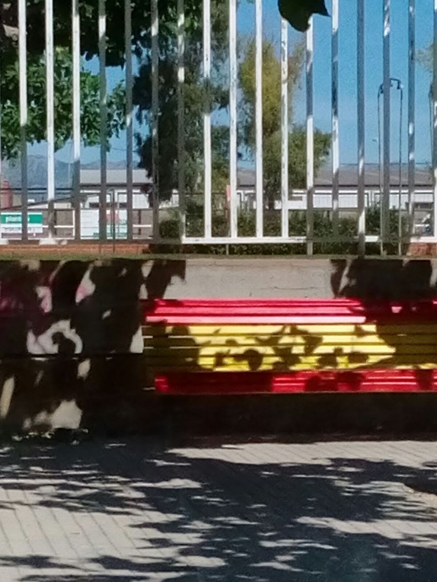 En Campredó (Tortosa) a los bancos les da por convertirse en banderas españolas