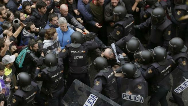 barcelona-referendum-policia-carga-1-655x368.jpg