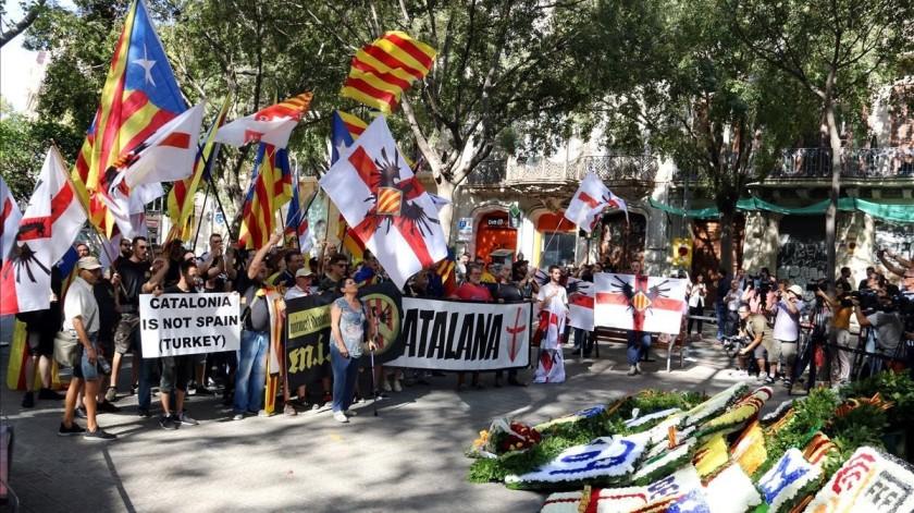 los-miembros-moviment-identitari-catala-durante-ofrenda-monumento-rafael-casanova-1536666804539