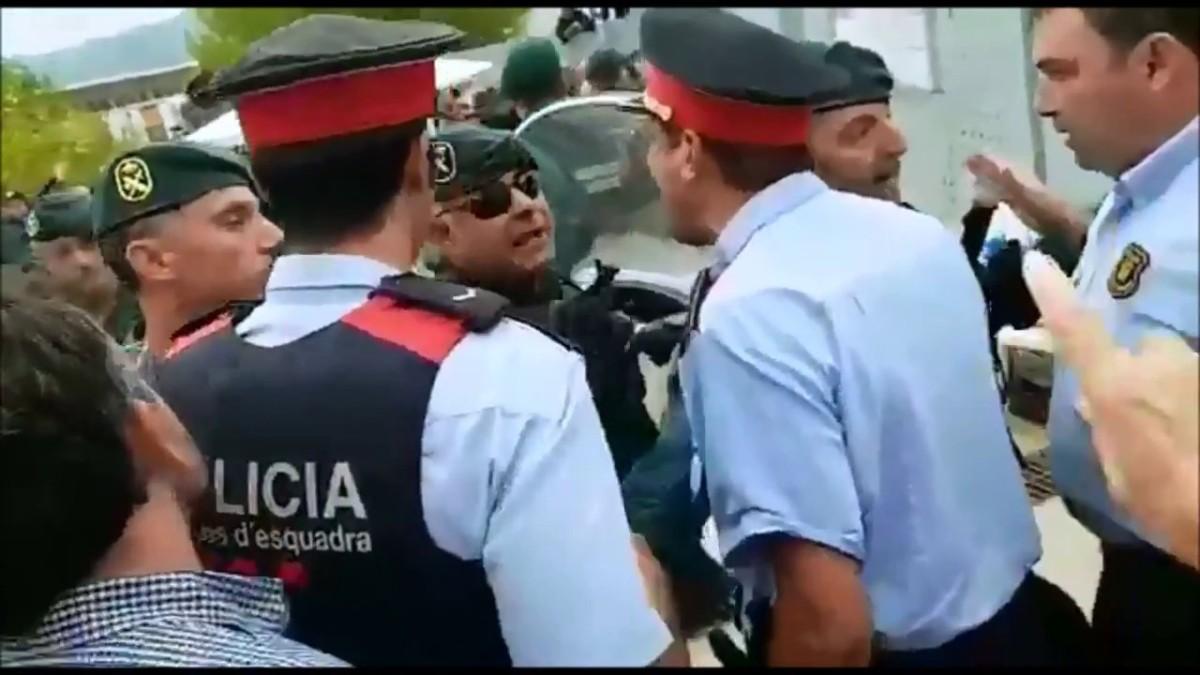 """Los Mossos dieron orden de detener por """"atentado y resistencia"""" el 1-O sólo a personas con la bandera española"""