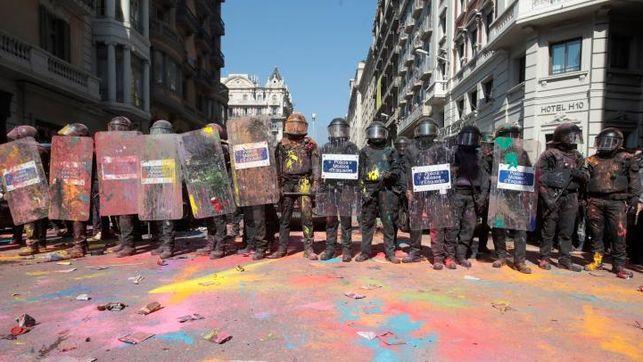 Mossos-cargan-soberanistas-lanzarles-colores_EDIIMA20180929_0189_19
