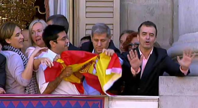 El-inmigrante-argentino-arrancando-la-bandera-de-España-y-permitiendo-que-se-mantenga-el-trapo-separatista-en-el-balcon-del-ayuntamiento.jpg