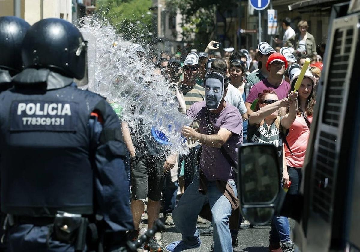 LA CUP LE HACE LA CAMPAÑA A VOX: Quiere prohibir sus manifestaciones