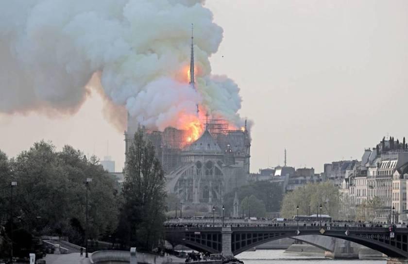 epa9071-paris-francia-15-04-2019-vista-de-un-incendio-en-la-catedral-de-notre-dame-este-lunes-en-paris-francia-la-catedral-de-notre-dame-de-paris-uno-de-los-monumentos-mas-emblematicos-de-la-capital-francesa-esta-sufriendo-un-incendio.jpg