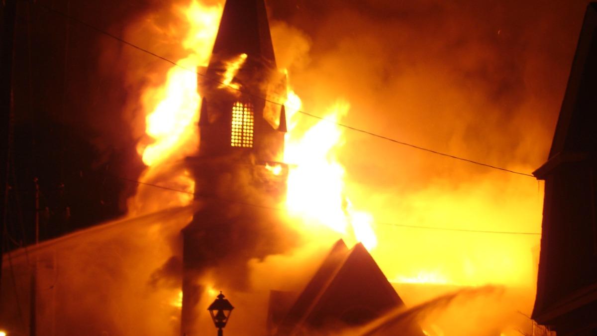 10 meses, 10 incendios de iglesias ¿Existen las casualidades ? (y otros incendios)