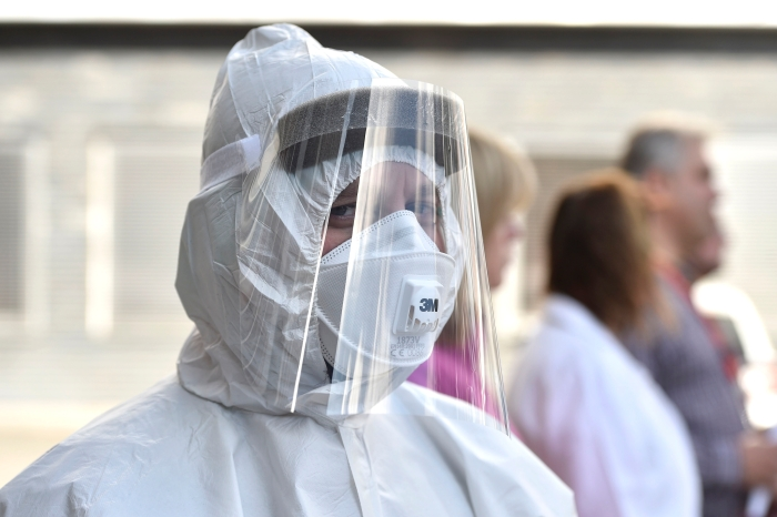 ochranný oblek, ochranná pomůcka, rukavice, respirátor, zdravotník---paramedic in protective suit