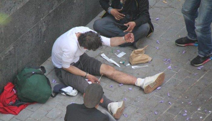 drogaddictes-punxant-se-al-carrer_12_893x514